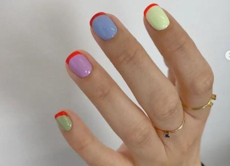 Las uñas pintadas de un color diferente cada una seguirán de moda, tanto en la gama cromática de tonos nude como en los pastel, también los colores neutros, el verde menta, el amarillo en todas sus variantes y también el caqui, lila y melocotón.