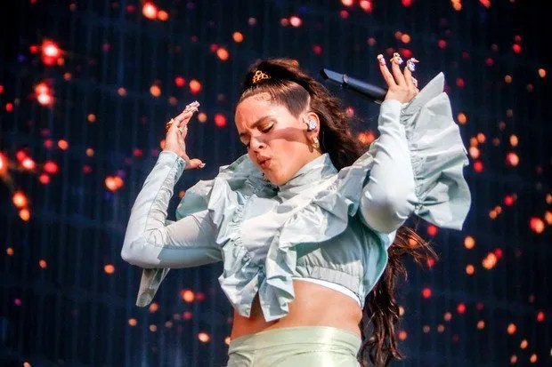 Rosalía en el escenario cantando con sus uñas largas