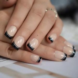 Unas-Acrilicas-De-Color-Beige-Medio-Cuadrado-Negro-Corto pintado