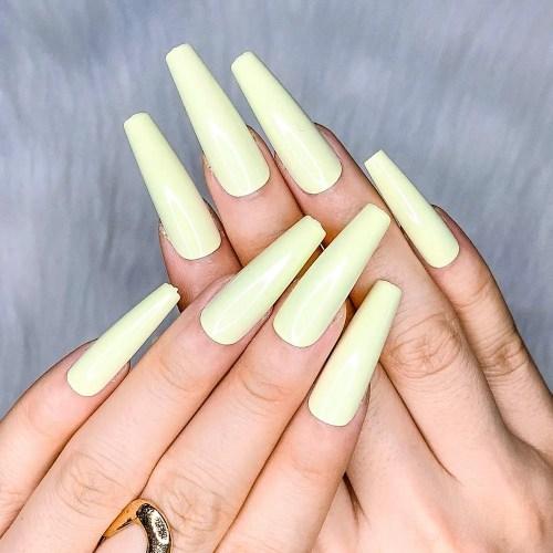 Diseños de Uñas falsas postizas de color beige puro brillante prediseñadas con cobertura completa hecha de acrílico ABS.