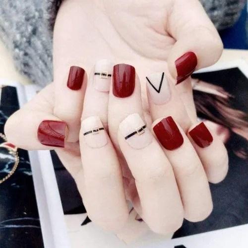 QULIN Uñas falsas desnudas de color rojo vino con diseños de remaches de tiras metálicas Puntas de uñas falsas cuadradas cortas...