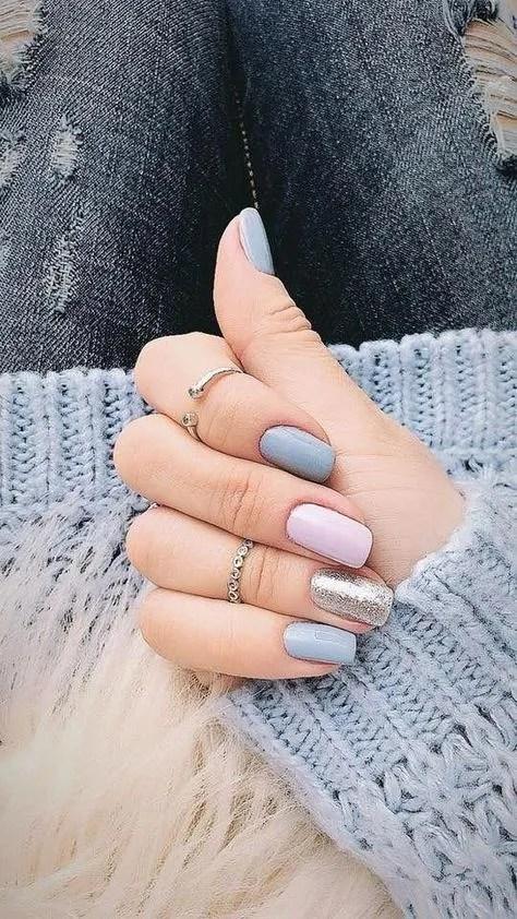 uñas postizas de color azul cielo con combinación de otros colores