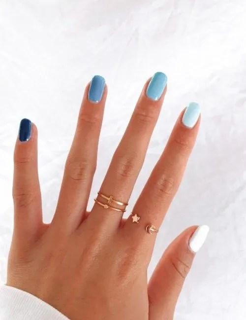 uñas postizas de color azul cielo mate en tendencias y modas