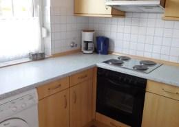 Die Einbauküche mit E-Herd und Waschmaschine.