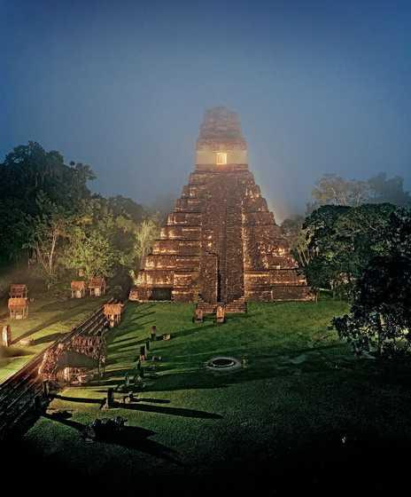 Среди джунглей на севере Гватемалы высятся развалины тикальского храма Великого Ягуара. Эти руины и сейчас красноречиво свидетельствуют о величии древних правителей. Тикаль был первой мишенью завоевателей из Центральной Мексики, пришедших сюда в январе 378 года. Но за последующие пять веков побежденный город стал сверхдержавой. Европейцы впервые наткнулись на Тикаль случайно, заблудившись в джунглях.