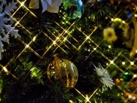 輝くクリスマスツリーの飾り