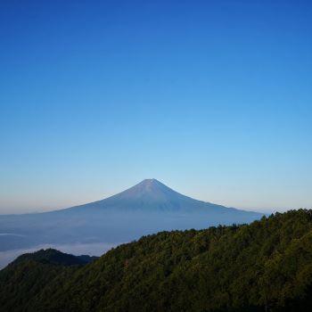 青空の下の富士