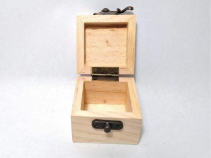 Caja cuadrada pequeña abierta