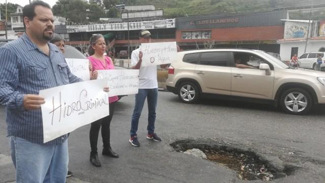 """Concejales sesionaron en la Panamericana en  protesta por """"troneras"""" de Hidrocapital en el km 15"""