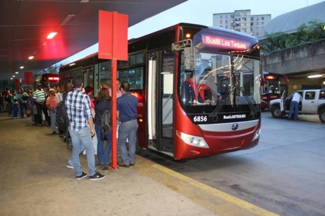 Más tres horas de cola hacen usuarios esperando el Metrobús