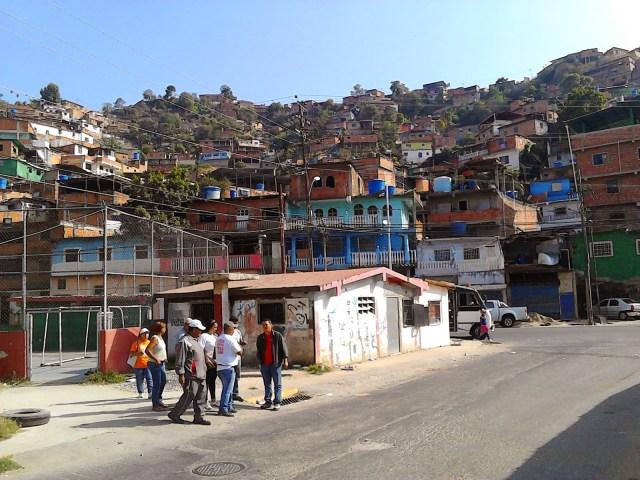 """""""A pie"""" les ha tocado movilizarse a la mayoría de vecinos de El Nacional"""