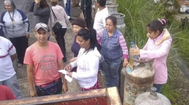 Denuncian que Pdvsa Gas obliga a ancianos a cargar pesadas bombonas