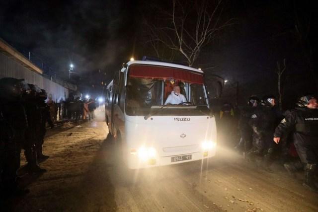 Atacan en Ucrania autobuses con evacuados de Wuhan, entre ellos latinoamericanos