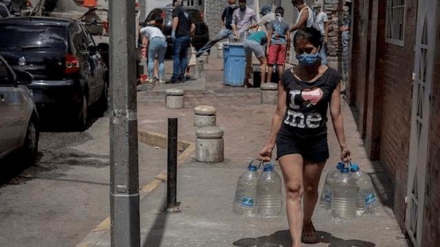 La falta de agua en Caracas obliga a desafiar la cuarentena