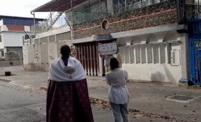 """""""Gracias por salvarnos Dios"""" reza vecino de la California en Caracas"""