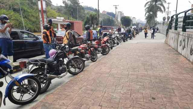 GNB obliga a trabajadores de la salud a hacer cola de 5 km para abastecerse de gasolina