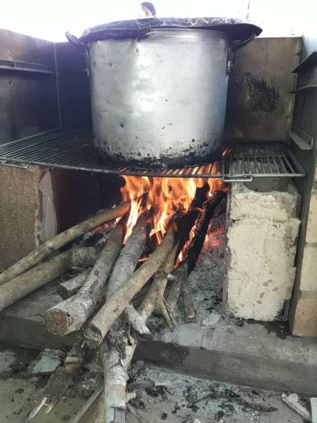 Casas de reposo obligadas a cocinar con leña ante crisis generada por escasez de gas