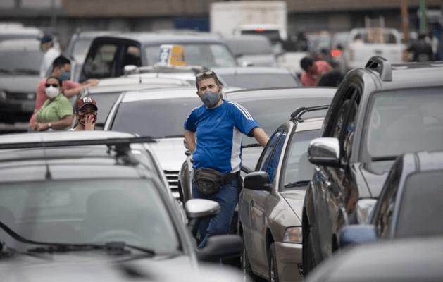 Las colas por la gasolina en Caracas son más radicales que la cuarentena de Maduro