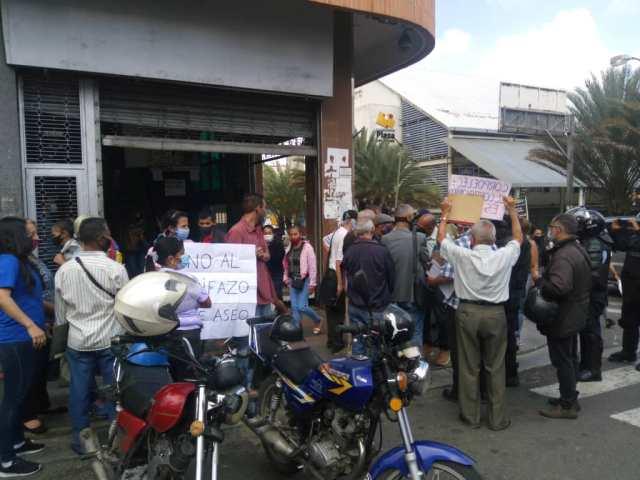 """Tequeños protestan contra """"tarifazo"""" frente a la sede de Corpoelec en Los Teques"""
