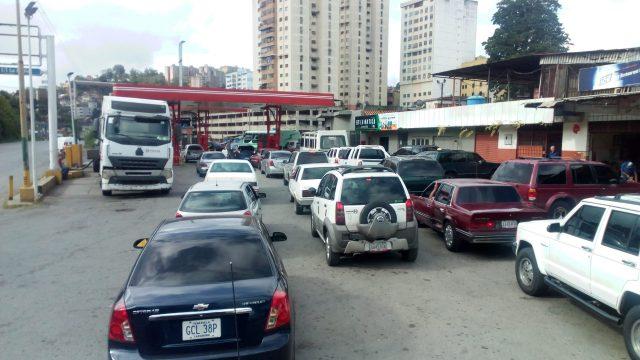 Persisten fallas en el sistema patria que retrasan colas en bombas de Altos Mirandinos