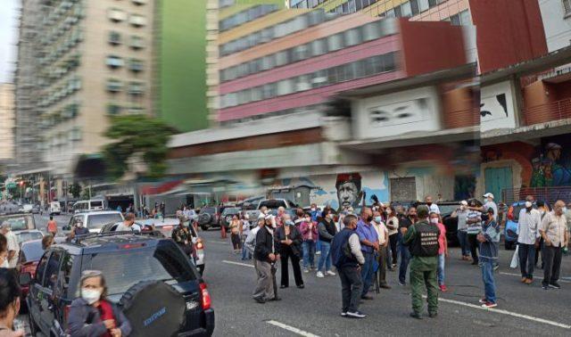 Adultos mayores protestan frente al Alba Caracas para exigir segunda dosis de Sputnik V