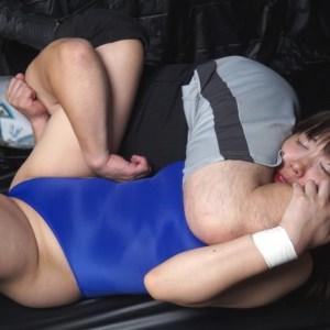 2人の美少女レスラーが男の太い腕で首を絞められ失神するミックスファイト中の衝撃リョナ映像!!