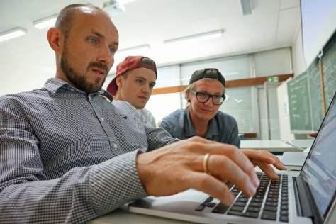 Sebastian Hurle, Arvin Nesselhauf und Georg Tschernikow brüten über einem technischen Problem mit der Website. Foto: Freundeskreis Flüchtlinge