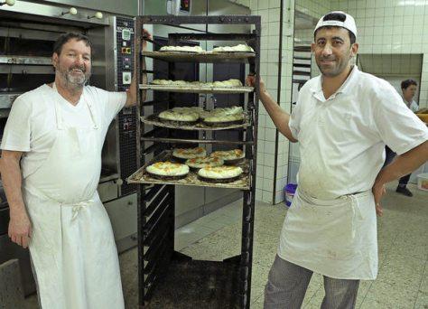 Mouaiad Alboush aus Syrien arbeitet in der Backstube der Bäckerei Baumert in Schuttern, vieles war für ihn neu. Foto: Christoph Breithaupt