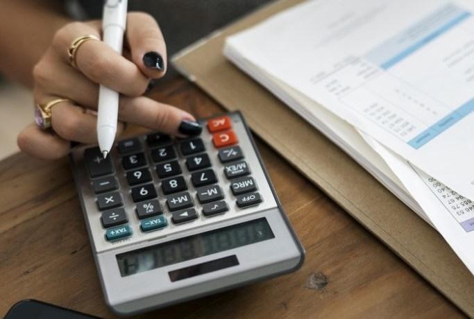 fxの損益を計算する女性