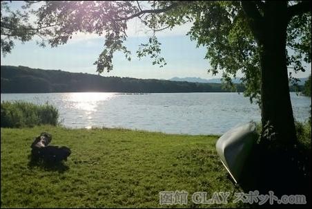 東大沼キャンプ場 JIRO 和山義仁 オススメ お勧め GLAY 写真 画像 テント 森 湖 夏 季節 楽しい 思い出 のんびり 場所 環境 湖畔 犬 家族連れ 木々 涼しい 快適 貸しボート 遊覧船 初夏 ほとり 快晴 最高