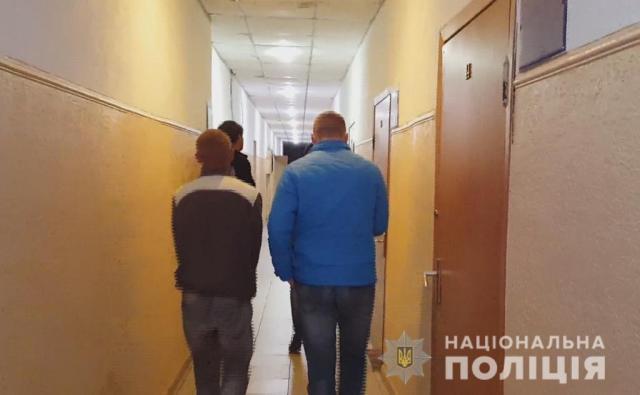 Возле санатория Чкалова двое мужчин избили и, угрожая ножом, ограбили одессита. Видео