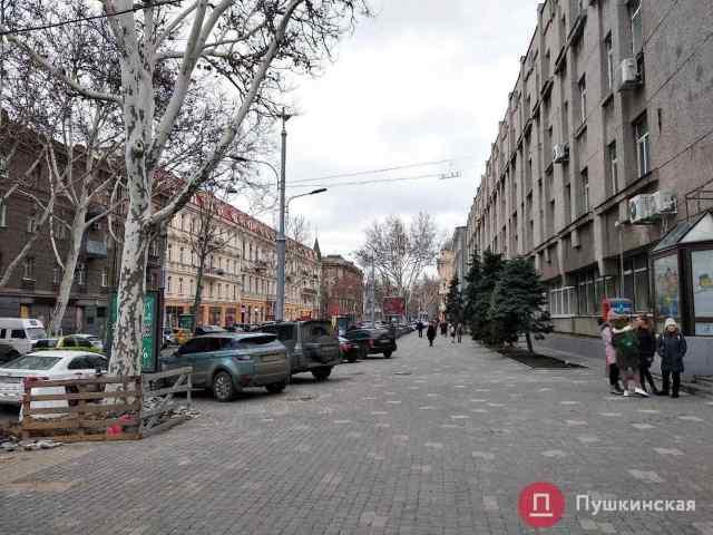 Мэра Одессы возмутили автохамы, которые ездят по тротуарам возле школы на Ришельевской