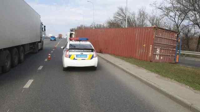 В Одессе на трассе перевернулась фура, есть пострадавшие