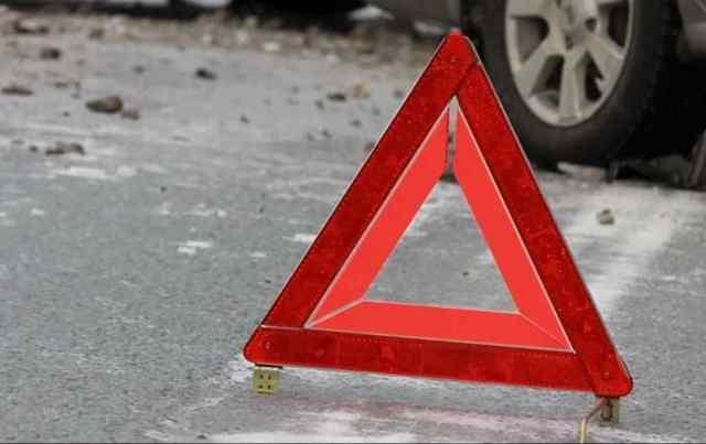 В Одессе ночью водитель врезался в припаркованную иномарку, протаранил здание и скрылся