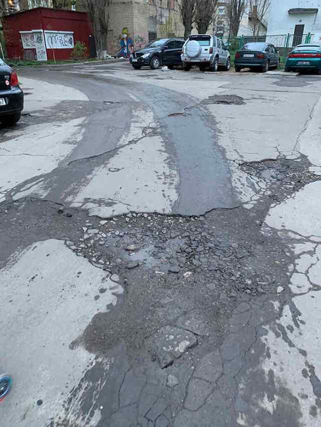 «Яма на яме»: одесситы просят починить дорогу на Таирова. Фото