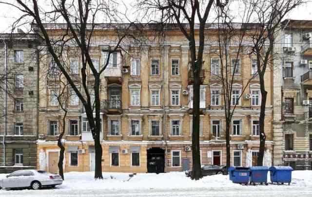 В центре Одессы с памятника архитектуры падают куски фасада. Фото