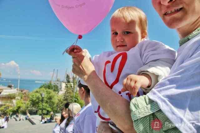 В Одессе прошел посвященный Дню матери флешмоб. Фото
