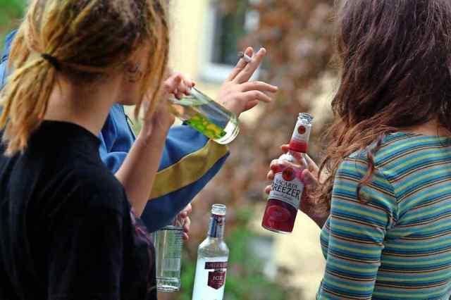 В Одесской области двое парней споили несовершеннолетних девочек - им грозит штраф