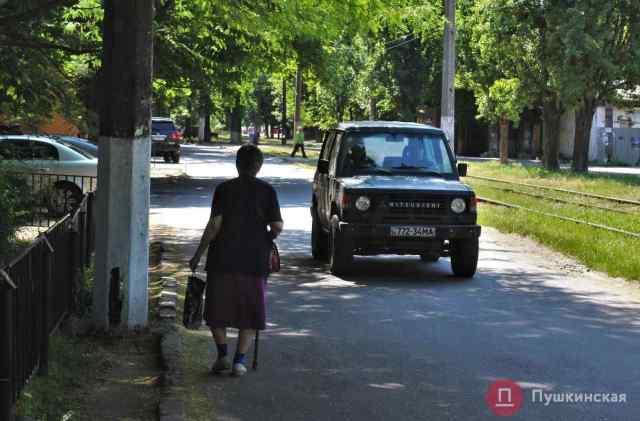 Без четырехполосной дороги, но с тротуарами: в Одессе отремонтируют улицу, где люди ходят по дороге. Фото
