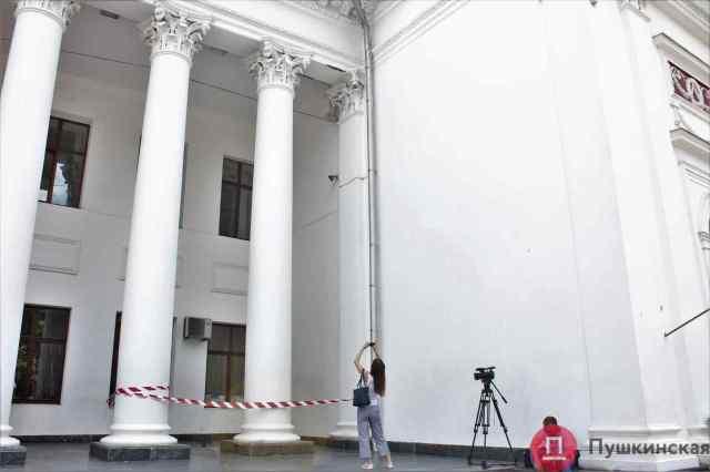 Колоннада здания одесской мэрии осыпается: в горсовете обещают отремонтировать памятник архитектуры ко дню города. Фото