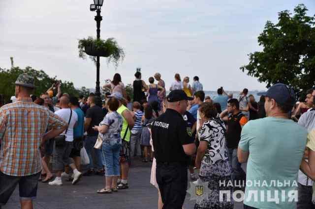 На «мэрском» концерте в Одессе железная конструкция внезапно упала и сломала фонарь. Видео