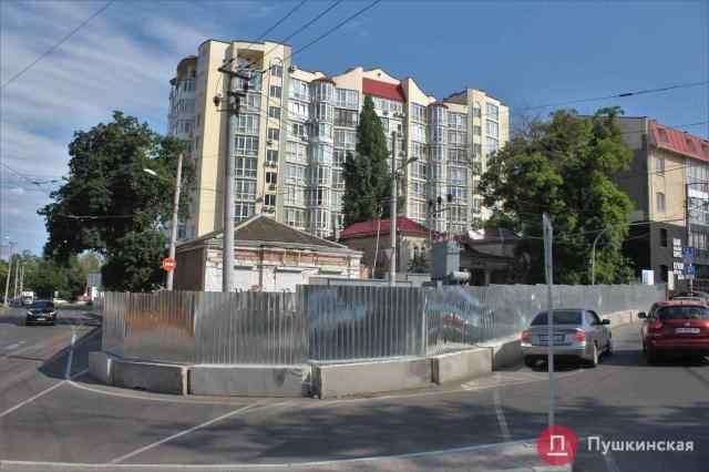 В мэрии Одессы не видят проблем со стройкой на Фонтане, «съевшей» забором тротуар и часть дороги. Фото