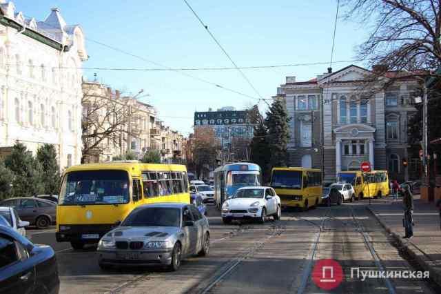Из-за масштабного пожара в центре Одессы общественный транспорт изменил маршруты: схемы