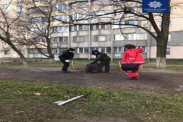 В Одессе посреди улицы мужчине стало плохо: его спасли патрульные