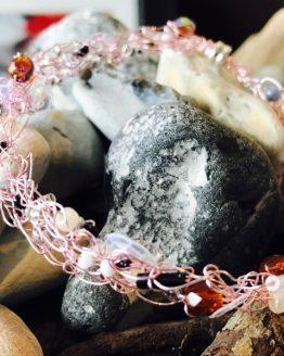 Häkeldrahtarmband mit rosa Draht und verschiedenen Glassteinen und Perlen-3