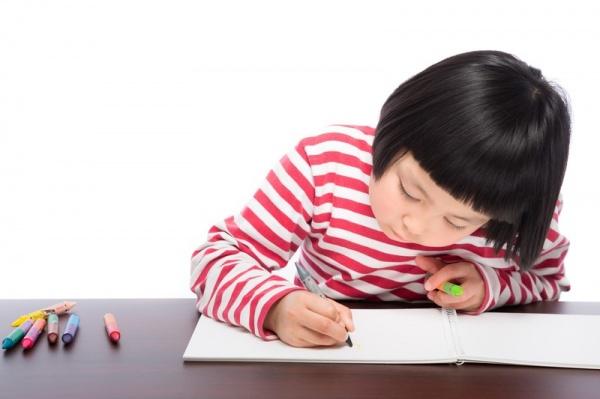 子どもが絵を書く