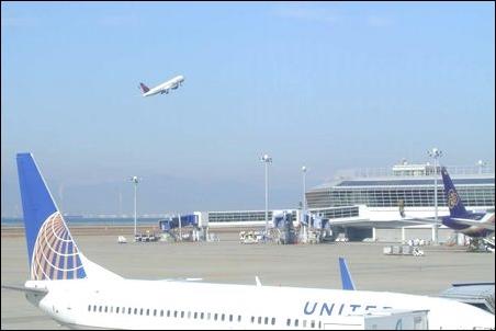 海外 外国 出張 仕事 フライト 飛行機 空港 通年 何度も 多く 機会 飛ぶ 乗る 場合 ノートパソコン ノートPC カバン バッグ バックパック ケース 2重 必要 大切 説明 文章 記事 写真 画像
