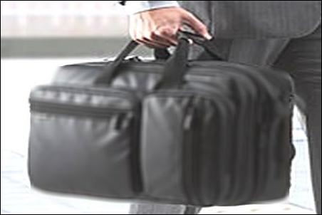 ノートパソコン ノートPC スーツケース キャリーバッグ キャリーバック キャリーカバン キャリーケース キャリーオン 安全 安心 持ち運び方法 やり方 ノウハウ 説明 文章 記事 リュック 背負う 状態 状況 リュックサック ナップサック ザック デイパック バックパック 手提げ 手で持つ