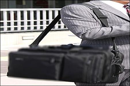 ノートパソコン ノートPC スーツケース キャリーバッグ キャリーバック キャリーカバン キャリーケース キャリーオン 安全 安心 持ち運び方法 やり方 ノウハウ 説明 文章 記事 リュック 背負う 状態 状況 リュックサック ナップサック ザック デイパック バックパック 肩 提げる ショルダーバッグ ショルダーバック ショルダーカバン ショルダーケース