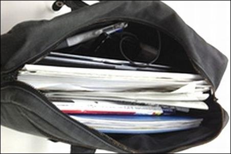 大きい アウター ボストンバッグ バッグ バック カバン ケース ノートパソコン ノートPC 入れる 収納 危険 ダメ 理由 事情 説明 文章 記事 写真 画像 ボストンバッグ 周り 周囲 物 モノ 衝突 衝撃 振動 故障 破壊 壊れる 乱雑 汚カバン 可能性 イメージ図
